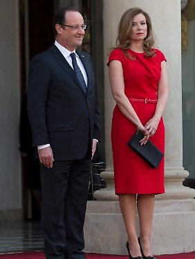 """""""Es ist der Pinguin, den man am Morgen sehen kann"""", singt Carla Bruni über Hollande. """"Die Arme schlenkern, aber das Auge ist hochmütig."""" Das Bild zeigt Hollande und Trierweiler."""