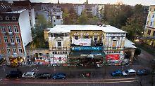 """1989 wurde das Restgebäude des ehemaligen """"Flora""""-Theaters von Autonomen besetzt und ist bis heute eines der letzten linksautonomen Zentren in Deutschland."""