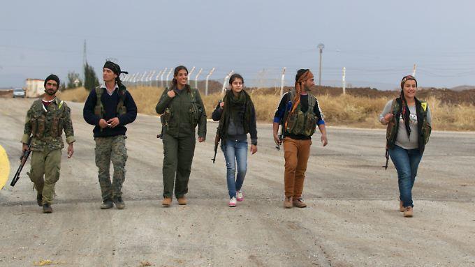 """Angehörige der """"Verteidigungs Einheiten des Kurdischen Volkes"""" (YPG) in der Provinz Qamischli an der Grenze zur Türkei."""
