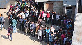 """Die Schlange nimmt kein Ende: Hunderte Arbeitsmigranten stehen tagtäglich vor dem """"Amt für Arbeit im Ausland"""" in Nepals Hauptstadt Kathmandu an."""