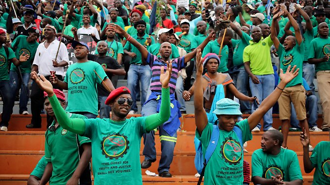 Ein Streichholz kann man brechen, eine Handvoll nicht: Nach diesem Motto streiken Zehntausende in Südafrika für höhere Löhne in den Platin-Minen des Landes.