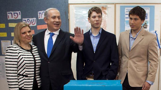 Die Netanjahus sollen eigentlich eine Vorzeigefamilie sein - doch Sohn Jair (2. v.r.) tanzt aus der Reihe und liebt eine nicht-jüdische Norwegerin.