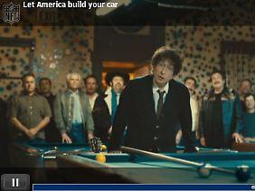 Das Auto als unverzichtbarer Teil der US-Kultur: Bob Dylan lehnt sich über den Billardtisch.