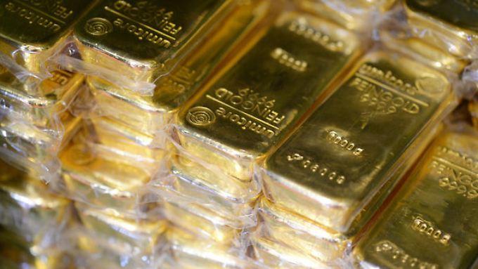 Kiloweise Goldbarren, Luxusautos und Herrenuhren - das beschlagnahmte Vermögen kann sich sehen lassen.