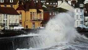 Bedrohlich türmen sich die Wellen über die Ortschaften in England.