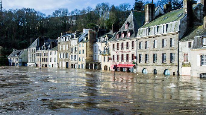 Ganze Straßenzüge - wie hier in der Bretagne - stehen unter Wasser.