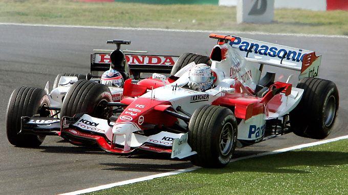 Nicht jeder Zweikampf in der Formel 1 geht so aus wie der zwischen Jarno Trulli im Toyota und Takuma Sato im BAR Honda im Jahr 2005.