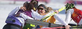 Vier Frauen im Schnee: Die deutsche Schlussläuferin Denise Herrmann feiert mit ihren Kolleginnen die olympische Bronzemedaille.
