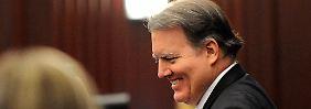 Ein lächelnder Angeklagter im Gerichtssaal.