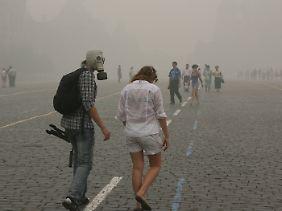 Mit Mundschutz und Gasmaske auf dem Roten Platz in Moskau.
