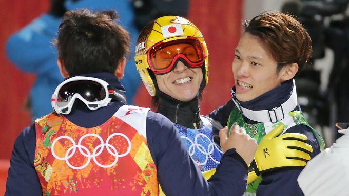 Japans Skispringer freuen sich über eine Olympia-Medaille im Teamspringen, die Börsianer und Anleger über steigende Kurse.