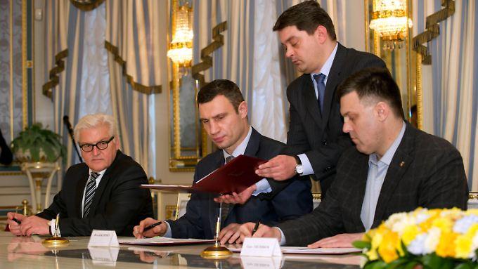 Demonstranten trauen Kompromiss nicht: Abgeordnete in Kiew stimmen für Neuwahlen