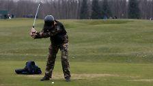 Viele Besucher sehen sogar ihre kühnsten Vorstellungen noch übertroffen. Da gibt es einen riesigen Golfplatz, wo behelmte Kämpfer den Schläger schwingen.