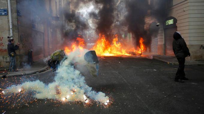 Die Polizei ging mit Tränengas-Granaten gegen die Demonstranten vor.