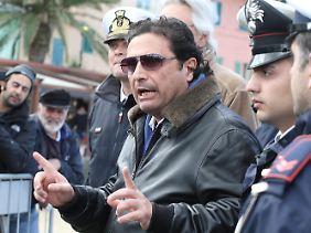 Schettino erklärt sich vor Journalisten.