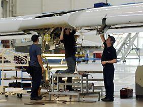 Präzisionsarbeit: In der Endfertigungshalle in Toulouse arbeiten Spezialisten an einem A380-Flügel.