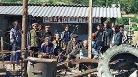 """Eine Gruppe von Krimtataren im Oktober 1990 nach ihrer Rückkehr auf die Krim. Auf dem Plakat steht """"Vaterland oder Tod""""."""