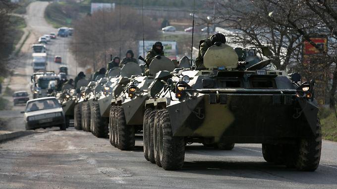 """Für """"Selbstverteidigungskräfte"""" sind die unidentifizierten Truppen auf der Krim erstaunlich gut ausgerüstet - mit an Sicherheit grenzender Wahrscheinlichkeit handelt es sich auch bei diesem Konvoi um russische Truppen."""