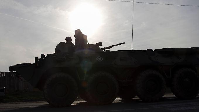 Aufgebot in Sewastopol: Soldaten patrouillieren in der Nähe des Hafens