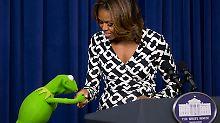 Grüner Besuch im Weißen Haus: Michelle Obama flirtet mit Frosch