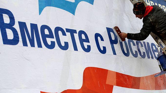 """""""Gemeinsam mit Russland"""" heißt das Motto der Stunde. Die pro-russischen Kräfte haben wohl nicht nur bei ihren Plakataktionen auf der Krim die Nase vorn."""