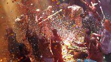 Gerne helfen die Menschen auch nach, indem sie die während der Feierlichkeiten legale Hanfzubereitung Bhang essen oder trinken, eine ...