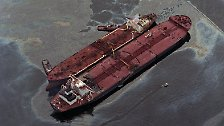Wenige Minuten nach Mitternacht ging plötzlich ein Ruck durch den Schiffsleib, ein lautes Knirschen zerriss die Stille. Der Tanker hatte ein Riff gerammt.