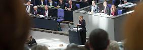 Geschichtsstunde im Bundestag: Merkel droht Russland, Gysi klagt Merkel an