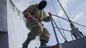 Vermummte entern Kriegsschiff: Russen nehmen Krim ein