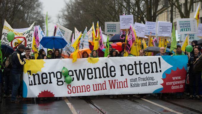 Mit Transparenten ziehen Teilnehmer der Demonstration durch Potsdam.