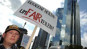 """Im September 2012 demonstrierten Aktivisten am Finanzplatz Frankfurt: """"UmFAIRteilung"""" der großen Vermögen fordern immer mehr Deutsche."""