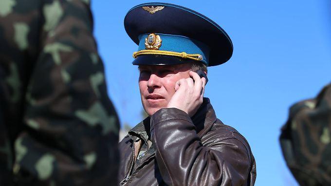 Auch der Kommandeur der ukrainischen Luftwaffe, Juli Mamchur, musste seinen Stützpunkt in Belbek den Russen überlassen. Der Fliegerhorst war am Wochenende gestürmt worden.