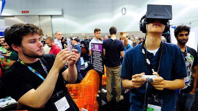 Facebook hat das Startuo Oculus gekauft, das die Datenbrille Rift herstellt.