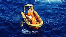 Sind es Wrackteile von MH370?: Suchteams ziehen Treibgut aus dem Meer