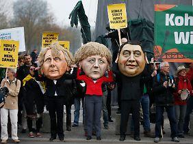 Campact, Bund, Greenpeace - vor dem Kanzleramt demonstrierten gleich mehrere NGOs. Sie forderten eine klare Abkehr von Kohlestrom und Industrieprivilegien.