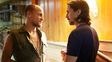 "Woody Harrelson (l) als Harlan DeGroat und Christian Bale als Russell Baze in ""Auge um Auge""."