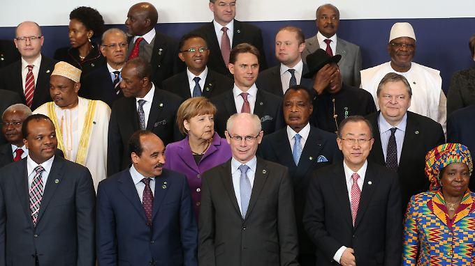 """Unter dem Motto """"In Menschen, Wohlstand und Frieden investieren"""" kamen in Brüssel afrikanische mit europäischen Staats- und Regierungschefs zusammen."""