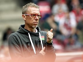 Ruhiger Mann mit Plan an der Seitenlinie: Peter Stöger.