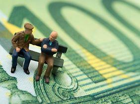 Nicht zu bequem sein: Wer fürs Alter vorsorgen will, sollte Absicherung und Geldanlage am besten trennen.