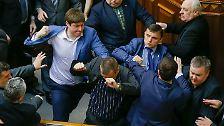 Die Nerven liegen offenbar blank. Bei einer Debatte im ukrainischen Parlament fliegen am Dienstag die Fäuste. Hier sehen wir einen Swoboda-Abgeordneten, der auf  Kommunistenchef Pjotr Simonenko losgeht. Er holt aus ...