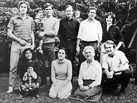 Familenbild im Garten: die Bushs im Jahr 1970 mit Jeb mit Sohn (stehend 2.v.l.), Vater George (3.v.l.) und George W. (2.v.r.).