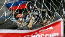 Prorussische Demonstranten hinter ihren Barrikaden in Donezk.