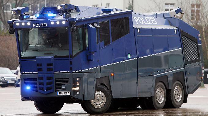 Peinliche Panne für die Polizei: Hightech-Wasserwerfer geht vor rohen Eiern in die Knie
