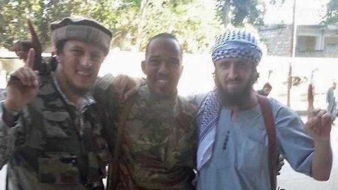 """Ein getwittertes Bild zeigt Cuspert umgeben von zwei """"Brüdern"""" in Syrien."""