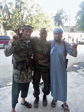 """Cuspert zwischen zwei """"Brüdern"""" in Syrien. Das Foto soll am Tag seines vermeintlichen Todes entstanden sein."""