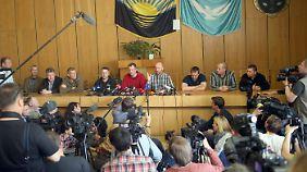 """""""Wir waren in einem Keller"""": OSZE-Team wird der Presse vorgeführt"""