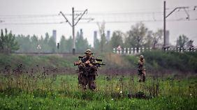 Ukrainische Soldaten bei einem eingenommenen Checkpoint in der Nähe von Slavjansk.