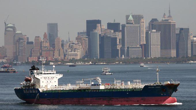 Die Zwischenbilanz bei Chevron leidet unter widrigen Witterungsverhältnissen zum Jahresstart: Ein nahezu entleerter Öltanker im Hafen von New York (Archivbild).