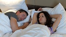 Das Gedankenkarussell lässt keine Ruhe: Arbeitnehmer finden besser in den Schlaf, wenn sie sich nach der Arbeit körperlich auspowern - und so den Kopf freikriegen. Foto:Jens Kalaene