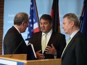 Sigmar Gabriel mit den Verhandlungsführern Michel Froman (USA, l.) und Karel de Gucht (EU, r.) in Berlin.